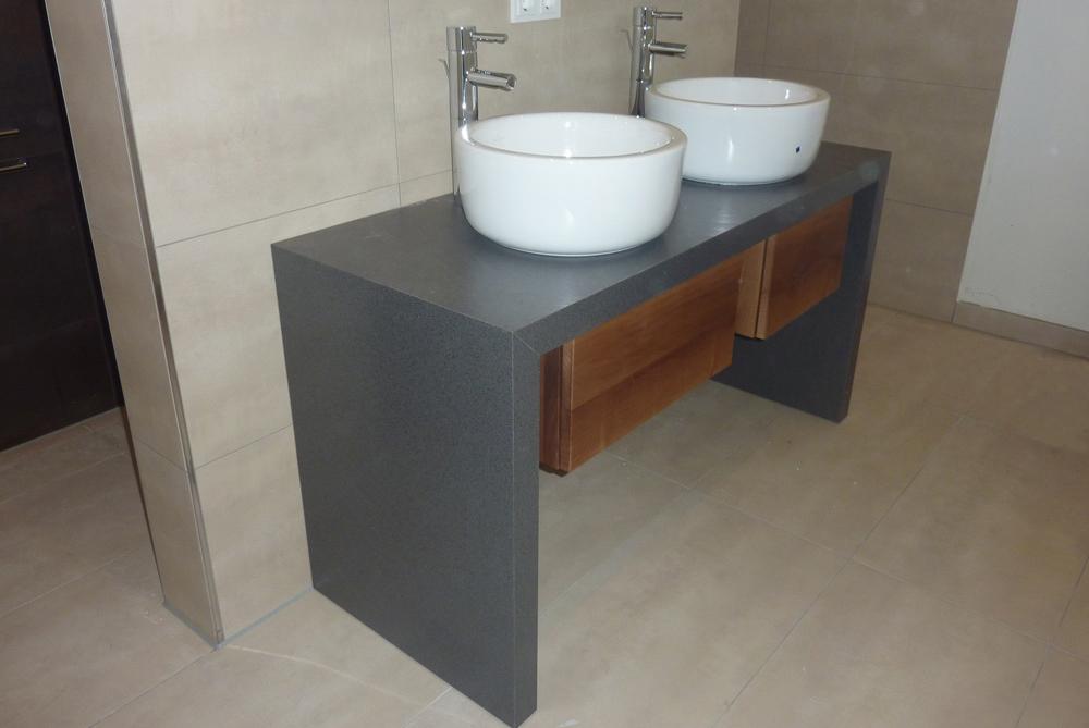 waschtisch mit aufgesetzten becken und spiegelschrank. Black Bedroom Furniture Sets. Home Design Ideas