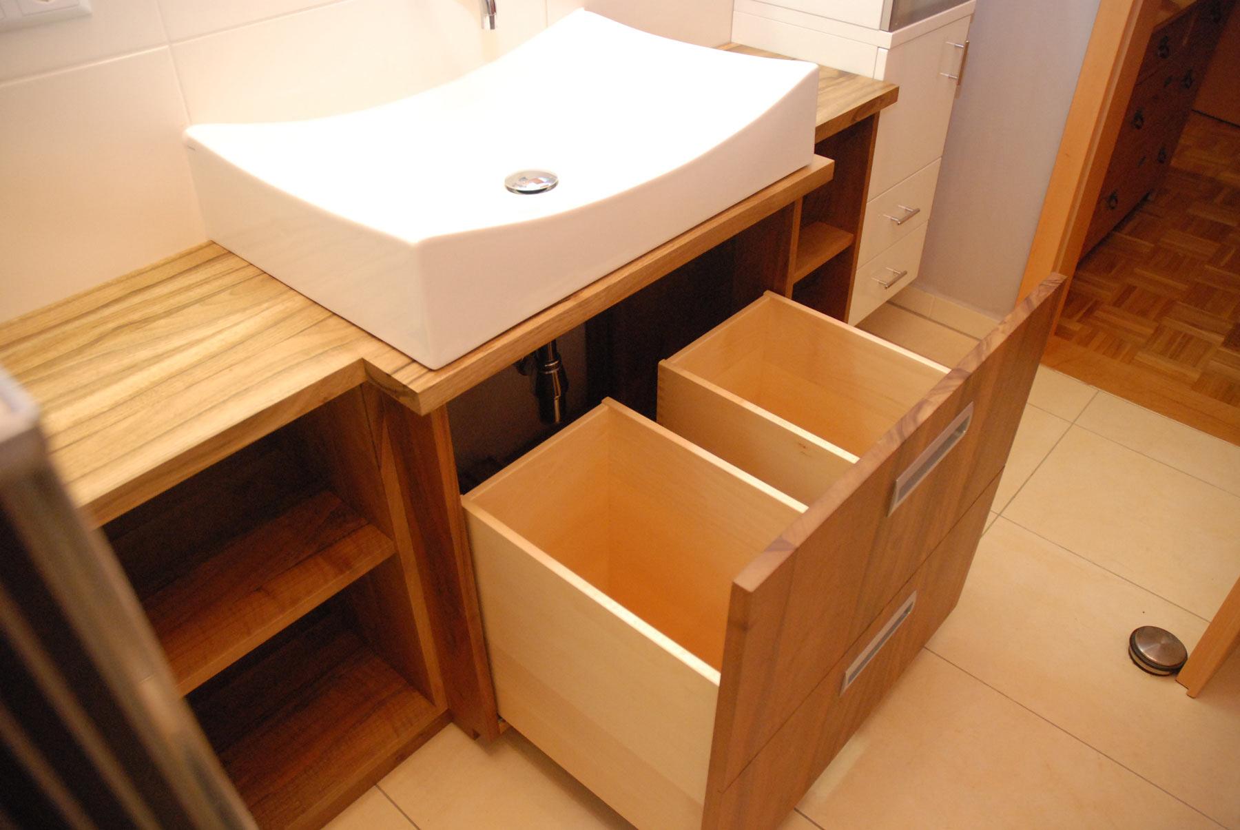 badschrank in nussbaum massiv. Black Bedroom Furniture Sets. Home Design Ideas