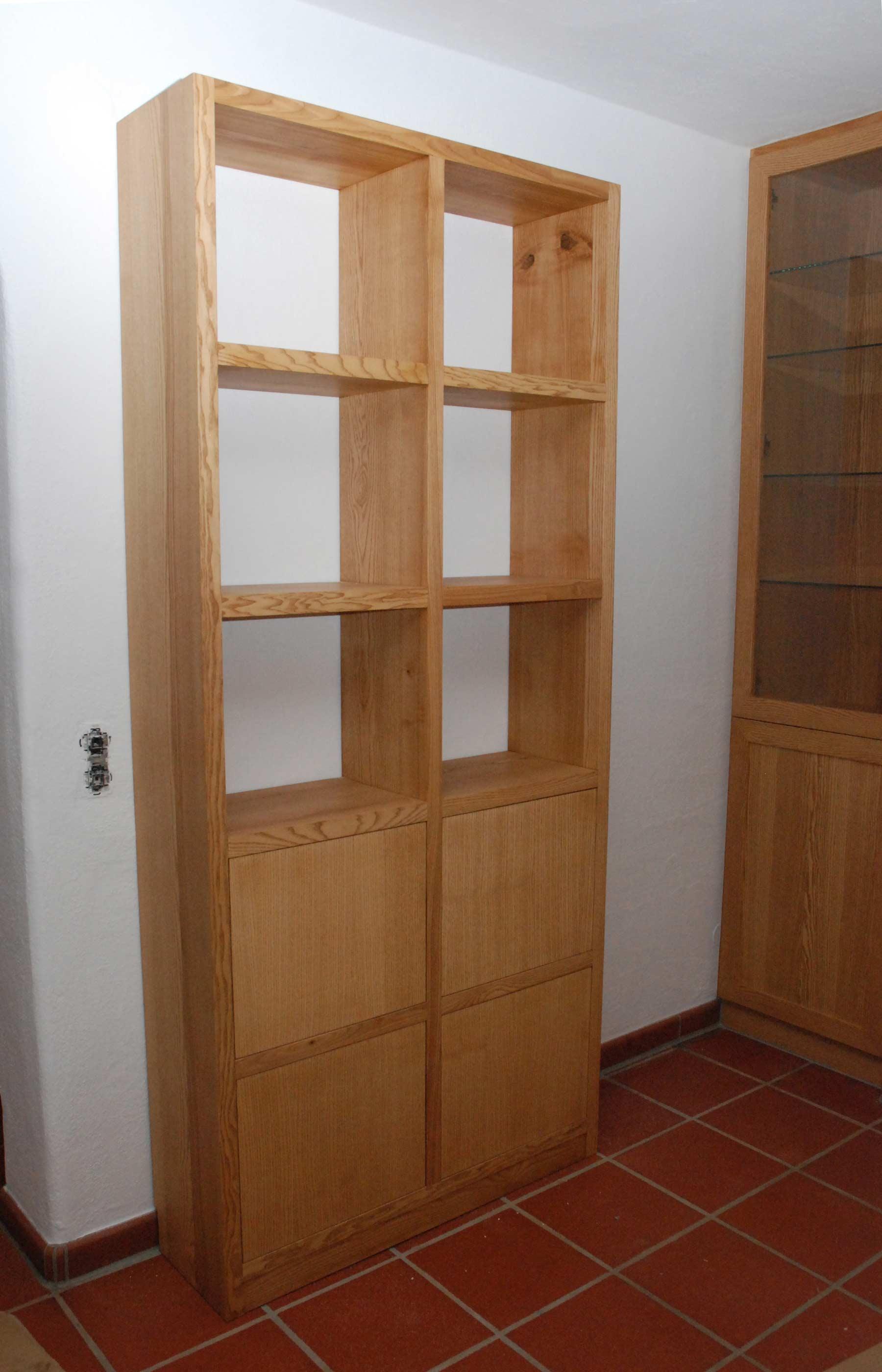 schmales freistehendes b cherregal mit 4 t ren. Black Bedroom Furniture Sets. Home Design Ideas