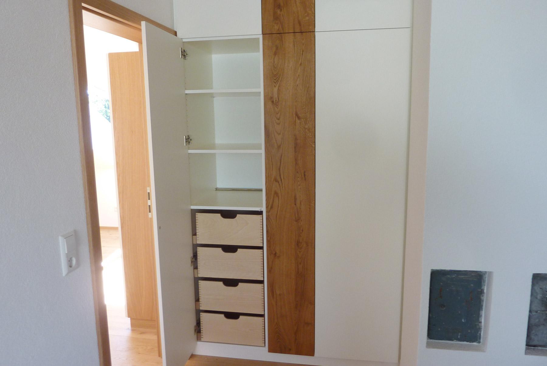 schrank staubsauger schrank unter vorhandene treppe fronten wei lackiert mit anthraziter. Black Bedroom Furniture Sets. Home Design Ideas