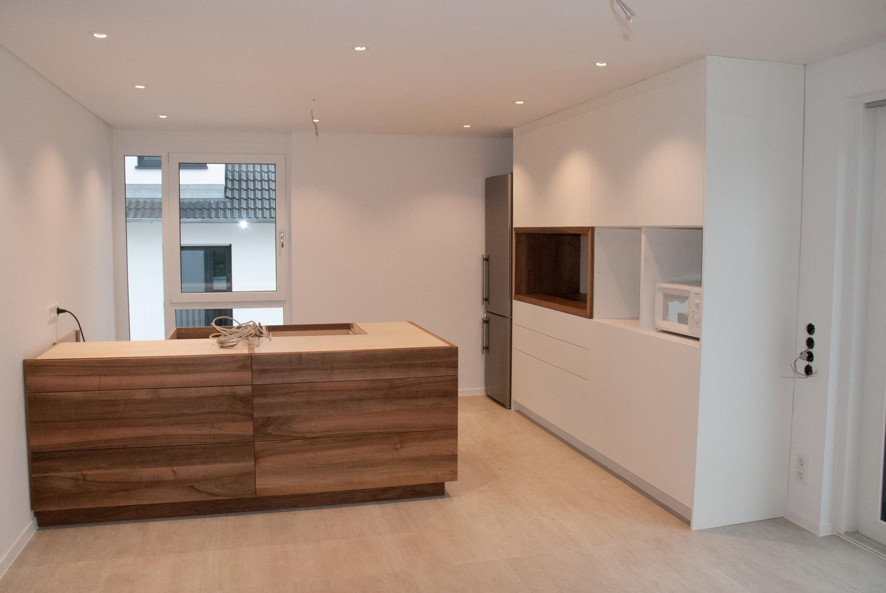 moderne küche mit mittelblock in nussbaum & weißen hochschränken - Küche Mittelblock