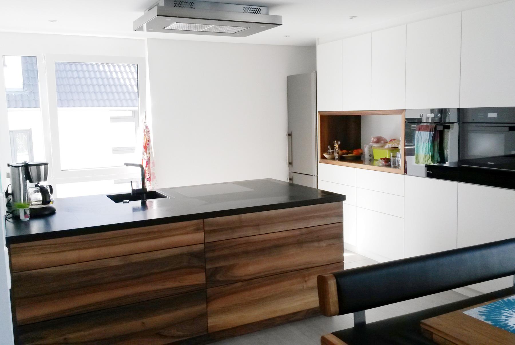 Küche Nussbaum moderne küche mit mittelblock in nussbaum weißen hochschränken