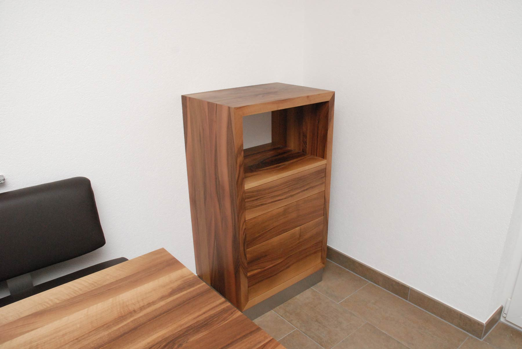 Wohnzimmerschrank Mit Schubladen In Nussbaum